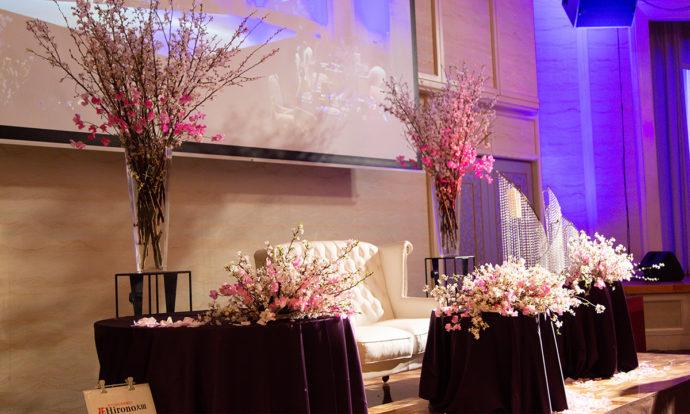 花をたくさん使用した披露宴会場の装飾