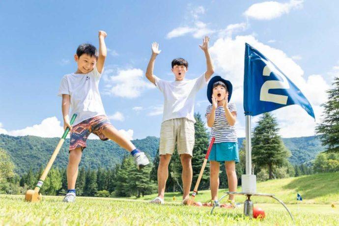 {新潟県南魚沼市にある舞子高原オートキャンプ場でグラウンド・ゴルフを楽しむ人々