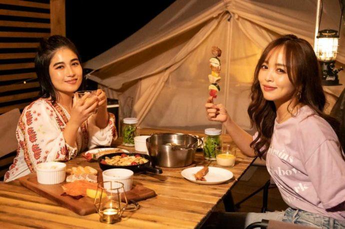 {新潟県南魚沼市にある舞子高原オートキャンプ場で食事を楽しむ女性たち