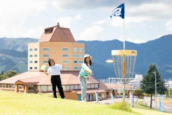 {新潟県南魚沼市にある舞子高原オートキャンプ場でディスクゴルフを楽しむ様子