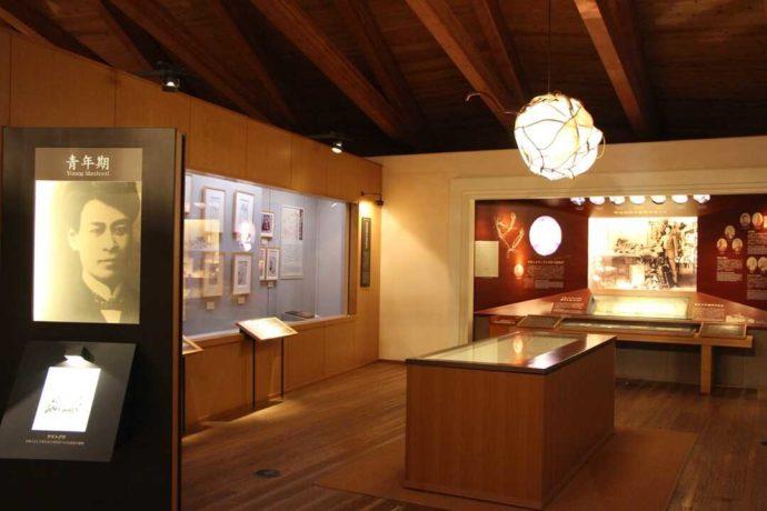 牧野博士の生涯を紹介している「牧野富太郎記念館展示館」の常設展示室