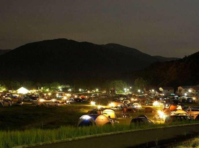 滋賀県のキャンプ場「マキノ高原」高原サイトで夜のキャンプを楽しむ人たち