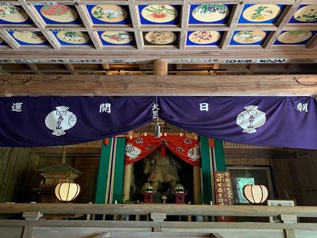 真野寺の朝日開運大黒天をまつる本堂と天井絵