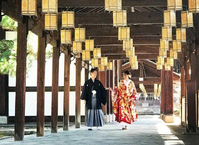 萬福寺の回廊で撮影に臨む和装姿の新郎新婦