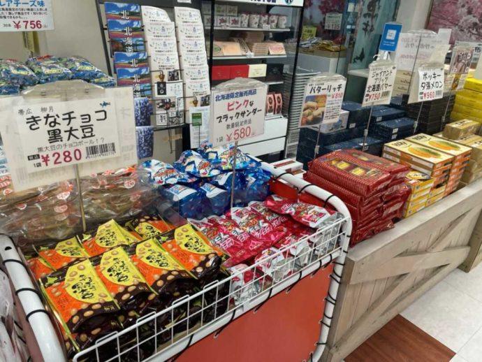まるごと北海道雷門物産本舗のお菓子コーナー