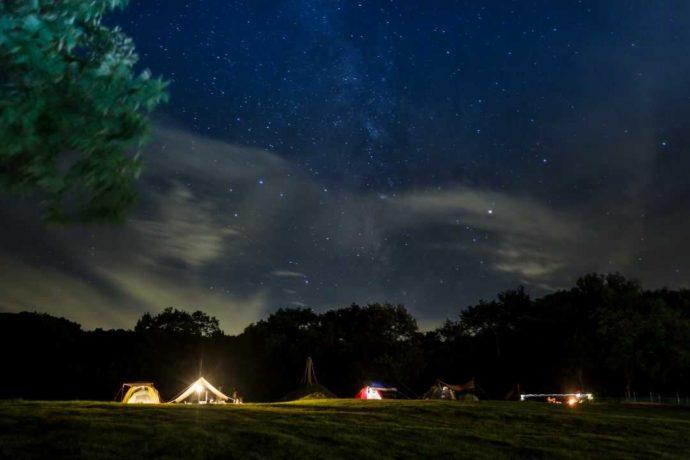 めいほう高原キャンプフィールドの頭上に広がる美しい星空