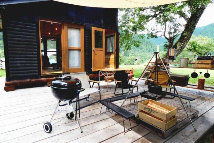 めいほう高原キャンプフィールド「ステラコテージ」の建物とキャンプ用品