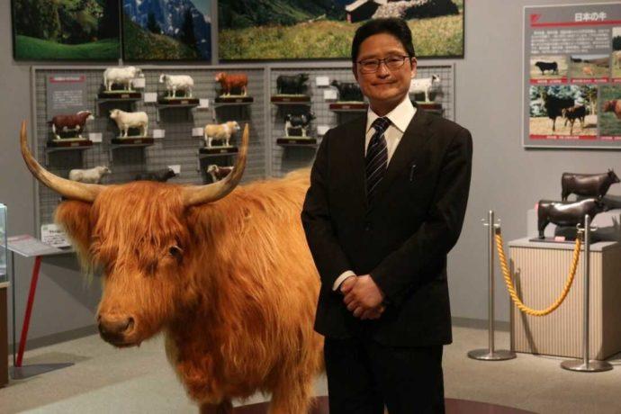 牛の博物館館長補佐の川田さんと人気の剥製「モコ」