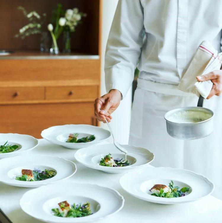 大阪府吹田市にある結婚式場「MIA・VIA」で調理をしているイメージ