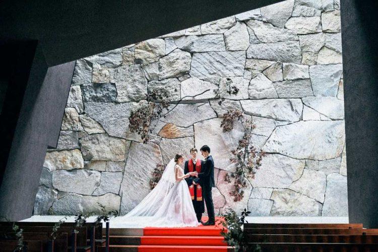 大阪府吹田市にある結婚式場「MIA・VIA」のチャペルで挙式を行う新郎新婦