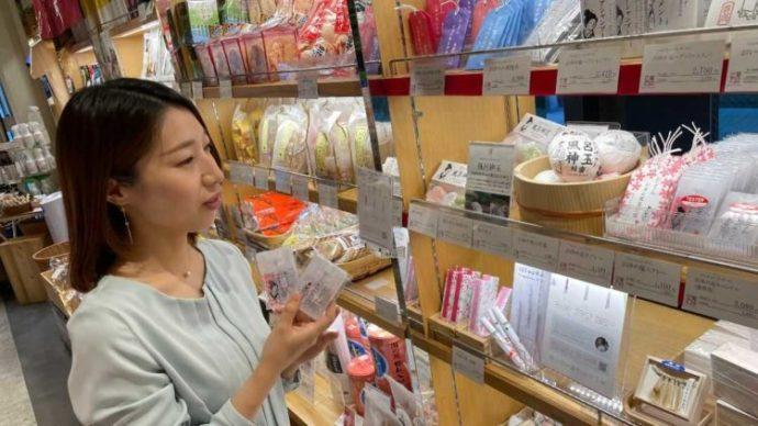 「三重テラス」にて三重県の特産品を選ぶ広報担当の中嶋花奈さん