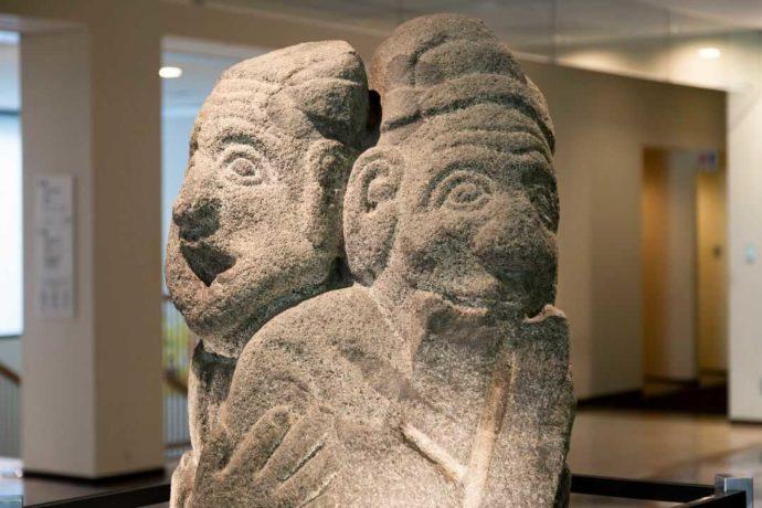 奈良文化財研究所飛鳥資料館ロビー前にある重要文化財「石人像」