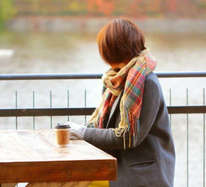 大阪市立長居植物園でドリンクを飲む女性