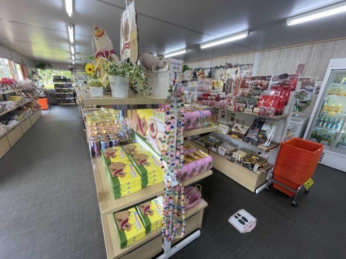 長崎県西海市にある「長崎バイオパーク」内のショップ「メルカドプリメラ」の商品陳列棚