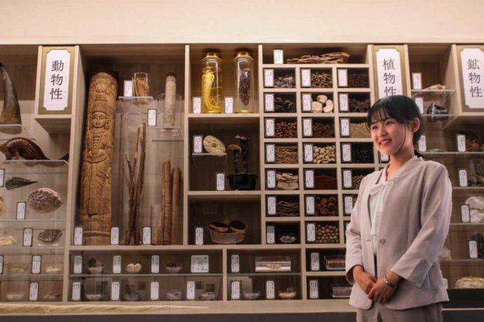 中冨記念くすり博物館の生薬の展示
