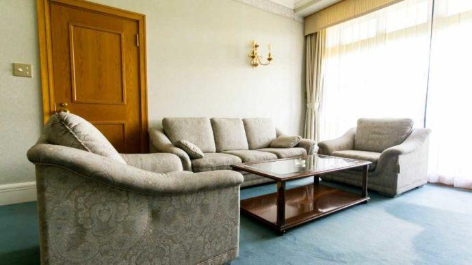 南紀白浜ゴルフ倶楽部のスイートルームのゆったりとしたソファー