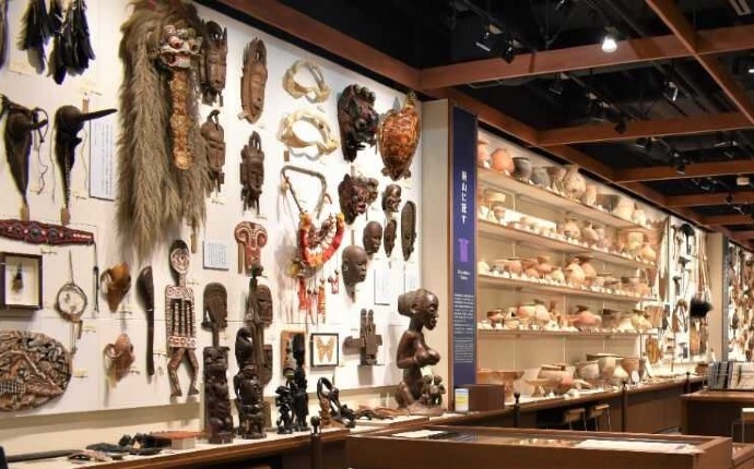 南山大学人類学博物館に展示されている民族衣装の装飾品