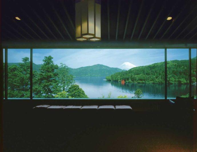 成川美術館展望室より見る芦ノ湖と富士山