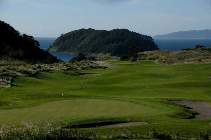 青森県東津軽郡にあるゴルフ場・夏泊ゴルフリンクスの18番ホールをクラブハウスから眺めた様子