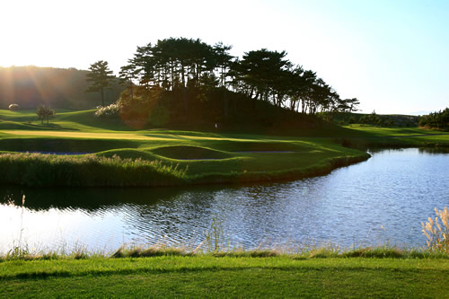 青森県東津軽郡にあるゴルフ場・夏泊ゴルフリンクスの水辺のコース