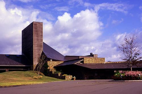 青森県東津軽郡にあるゴルフ場・夏泊ゴルフリンクスのクラブハウスの外観