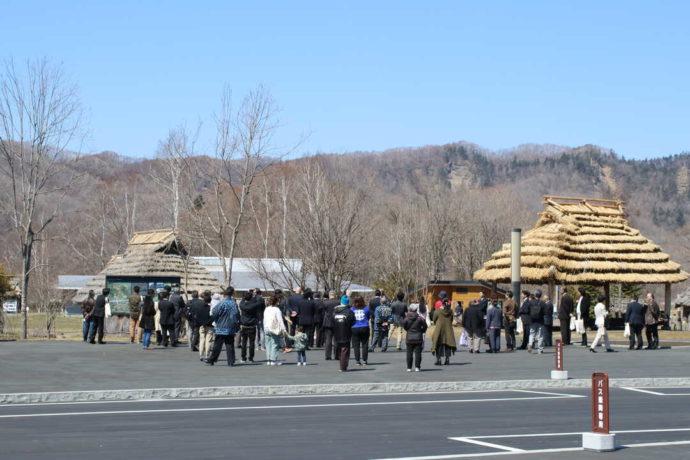 平取町立二風谷アイヌ文化博物館がある二風谷コタンに訪れた人々
