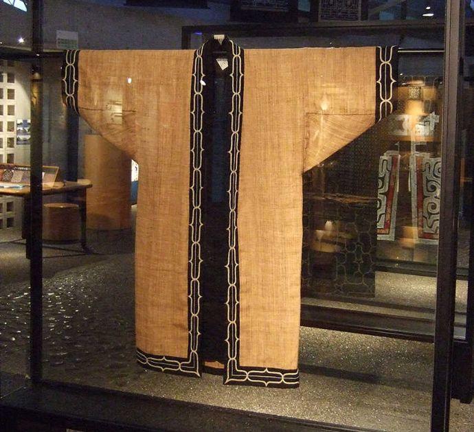 平取町立二風谷アイヌ文化博物館で展示している伝統的なアイヌの衣服