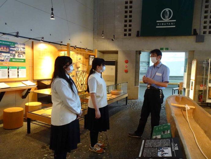 平取町立二風谷アイヌ文化博物館で説明を受ける学生