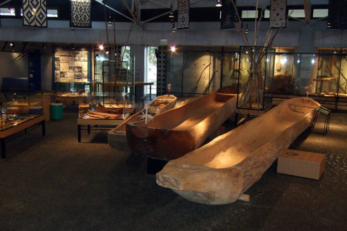 平取町立二風谷アイヌ文化博物館で展示されているチㇷ゚(丸木舟)