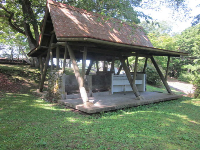 判官館森林公園キャンプ場テントサイトの炊事場外観
