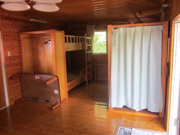 判官館森林公園キャンプ場バンガロー内のベッド