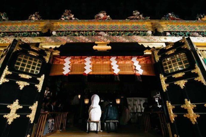 日光東照宮挙式場「祈祷殿」で結婚式をする新郎新婦