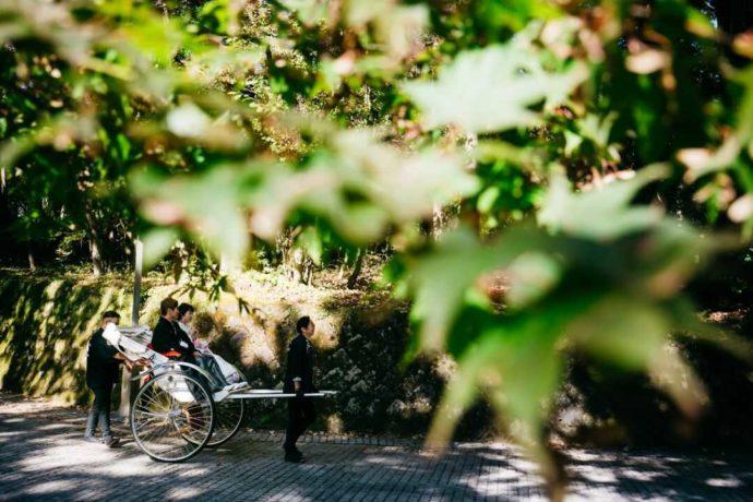 日光世界遺産ウエディングの新郎新婦を乗せる人力車