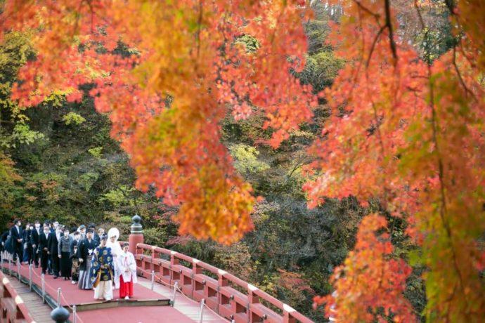 神橋幸せ渡り初めの風景と秋の紅葉
