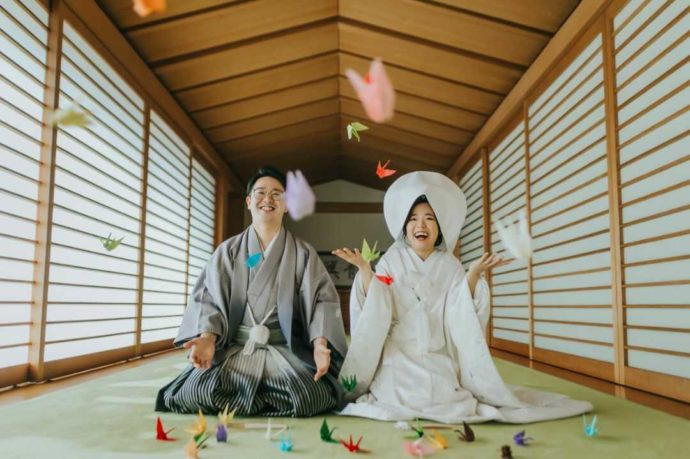 日光世界遺産ウエディングで折り鶴を使って写真を撮る新郎新婦