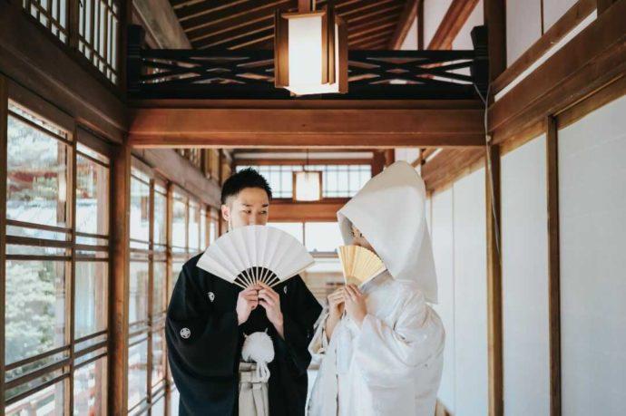 日光二荒山神社でおどけた表情で写真を撮るカップル