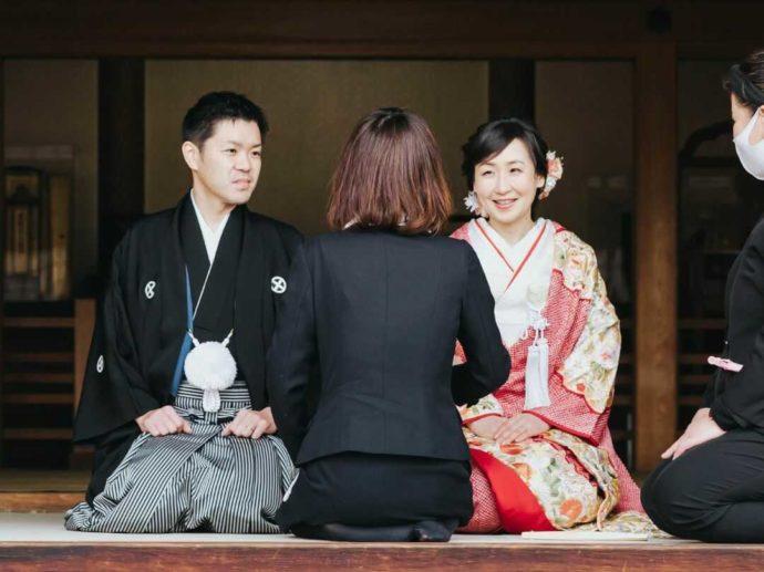 日光世界遺産ウエディングで新郎新婦と話をする本田さん