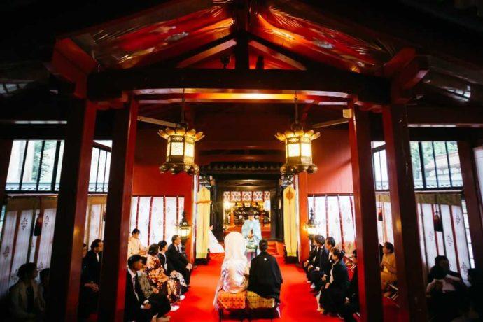 日光二荒山神社の挙式場「渡殿」で式を挙げる新郎新婦