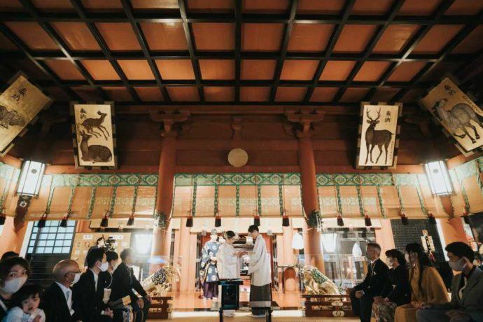 日光二荒山神社挙式場「拝殿」で挙式する新郎新婦
