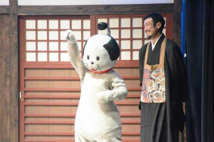 登別伊達時代村で人気のショー「ニャンまげコメディ」の一幕