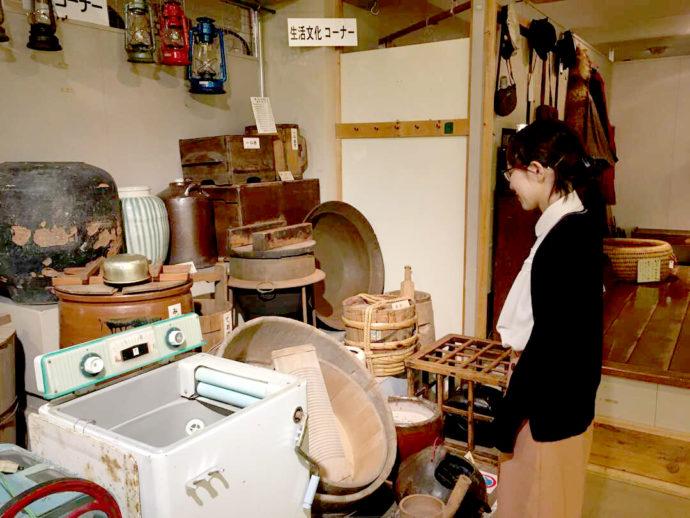 登別市郷土資料館に展示してある、昔の洗濯機や洗濯板などの民具の写真
