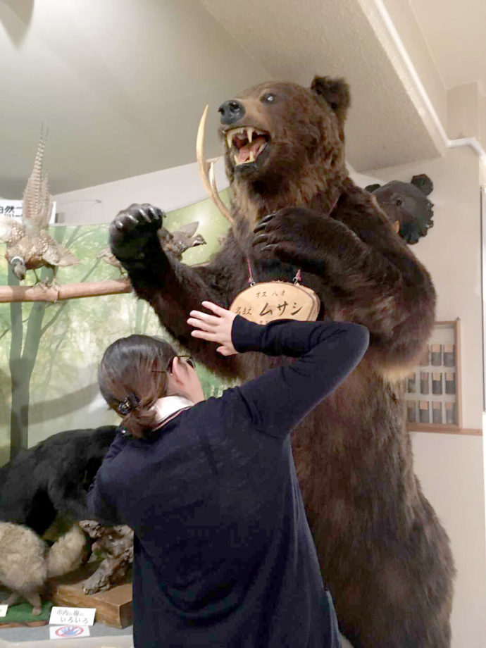 登別市郷土資料館に展示してあるヒグマと記念撮影