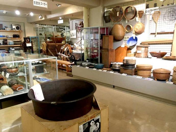 登別市郷土資料館内の生活文化コーナーに展示されている民具の数々