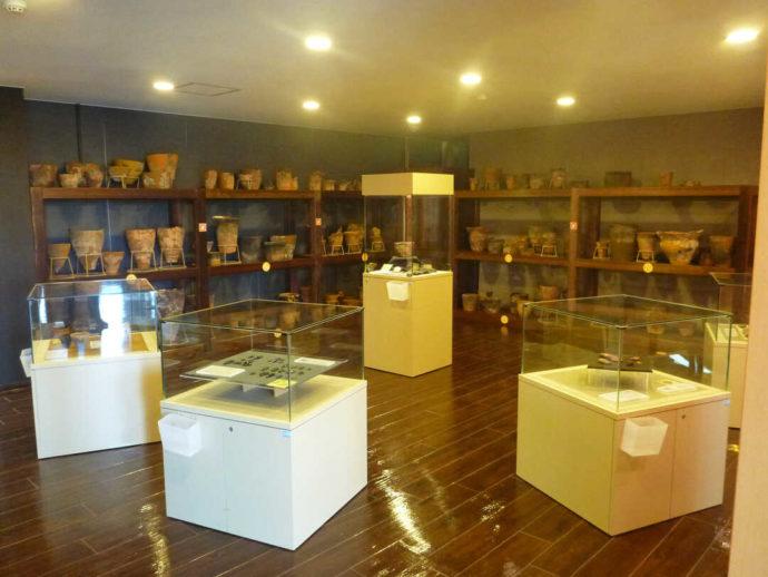 のぼりべつ文化交流館カント・レラの、土器の展示室の様子