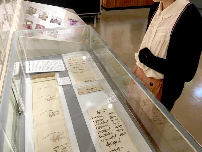 登別市郷土資料館内の古文書の展示の写真