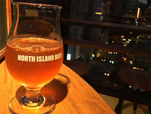 ビアバー ノースアイランドの夜景とビール