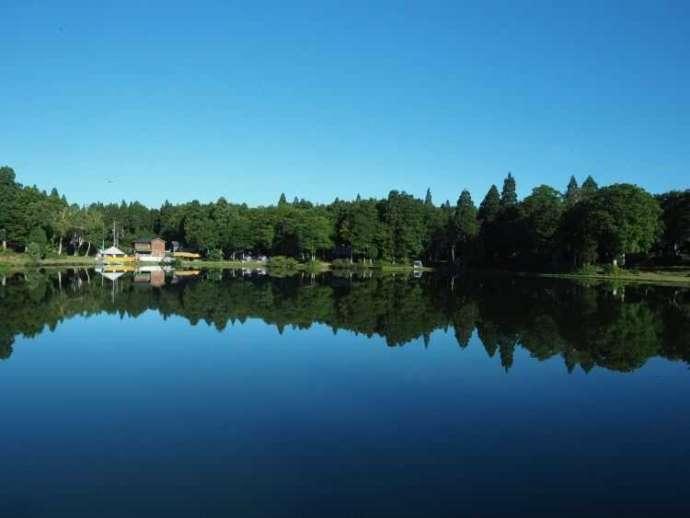スタカ湖キャンプ場の湖に映る美しい自然