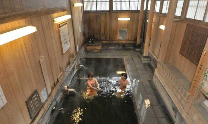 野沢温泉の大湯の内観