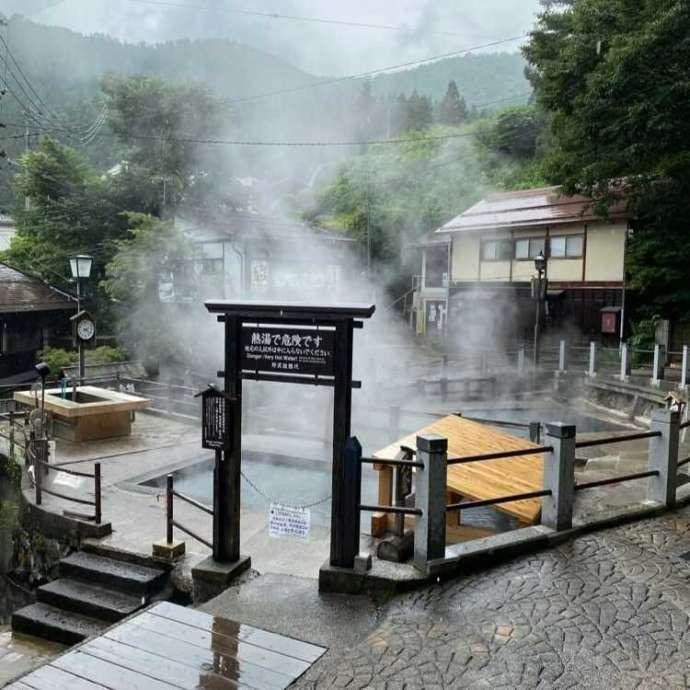湯気が上がっている野沢温泉の麻釜の様子