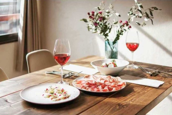 野沢温泉街のイタリアンレストラン「TRATTORIA BIVACCO」のテーブルイメージ